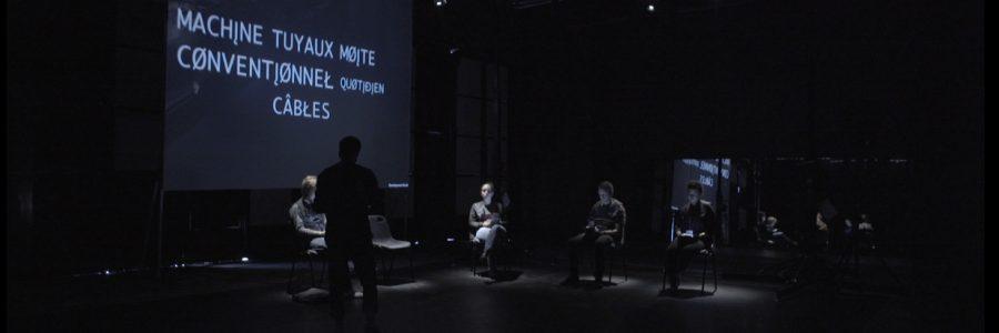 Une performance théâtrale associée à un dispositif interactif
