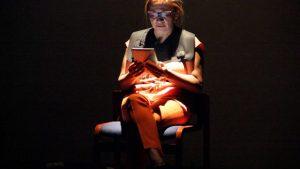 Une spect-actrice jouant son texte à Cali
